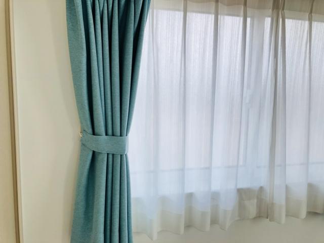ニトリ カーテン レール 取り付け 出窓に「手で曲がるカーテンレール」を取り付ける。設置方法をレビュ...