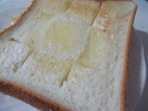 バターが解けた格子状に切り目を入れたトースト