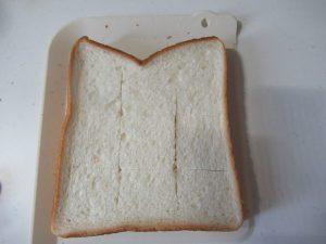 パンに格子状の切り込みを入れる
